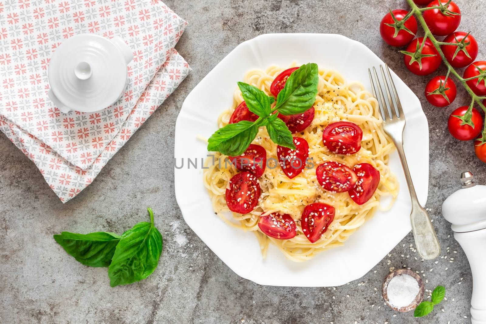 Spaghetti with tomatoes, basil and cheese